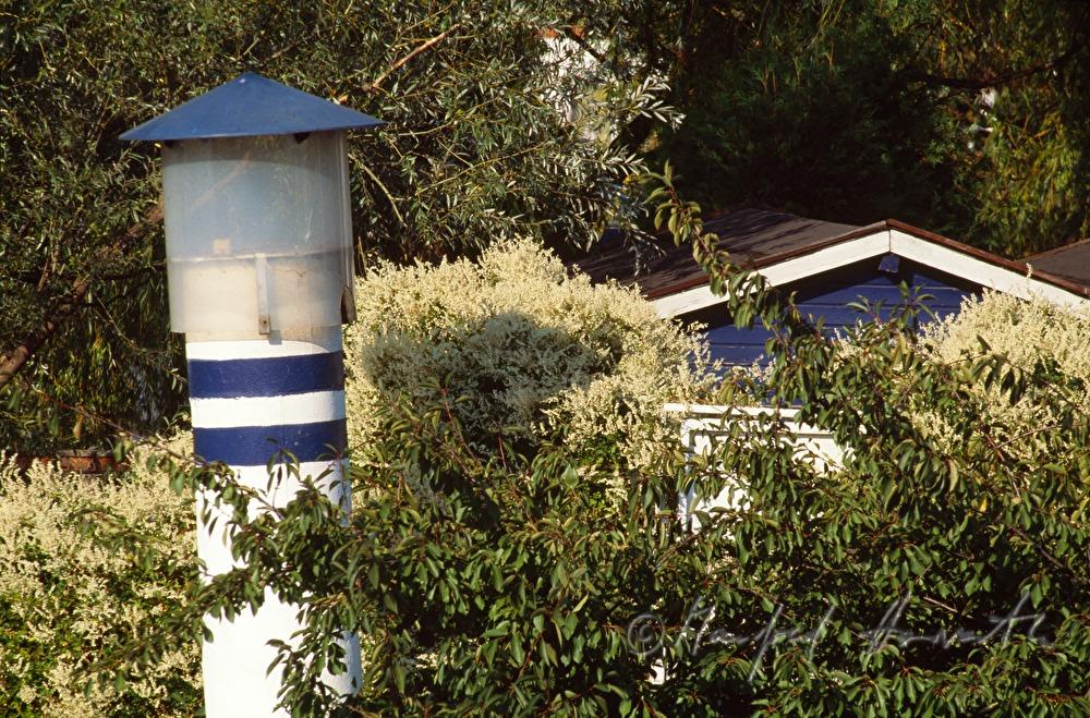 Manfred Horvath: Kleingarten mit Leuchtturm