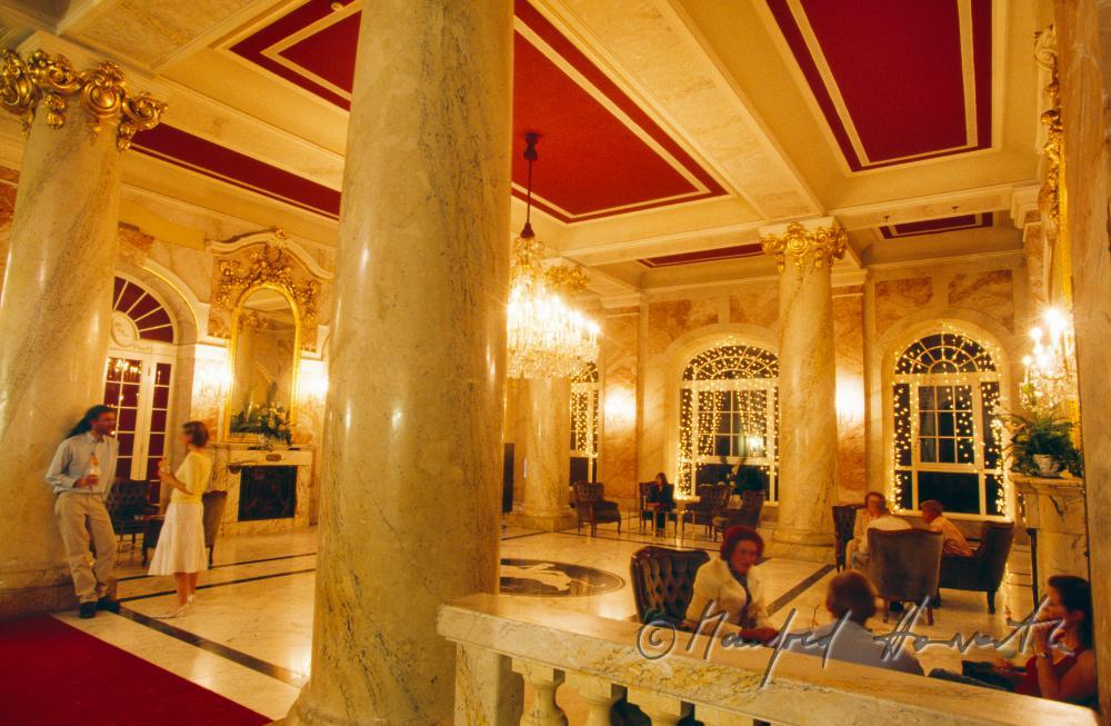 Foyer De Hotel : Manfred horvath hotelgäste im foyer des grand hotel de l