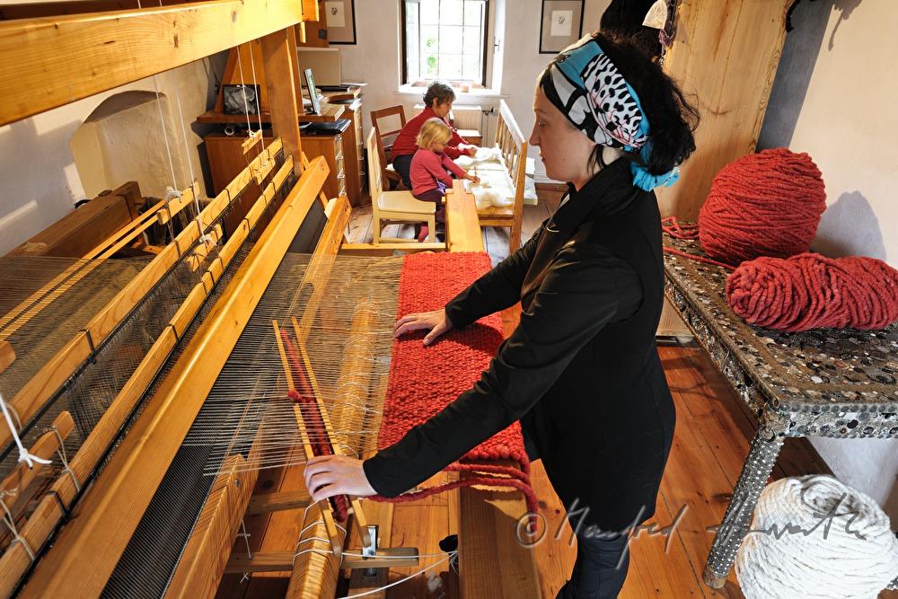 manfred horvath barbara schmidt webt einen teppich in ihrer wollschmiedn. Black Bedroom Furniture Sets. Home Design Ideas